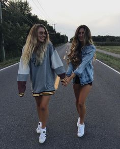 Yezz take a picture like that with your bff is a dream come true Best Friend Pictures, Bff Pictures, Friend Photos, Friendship Pictures, Tumblr Bff, Tumblr Girls, Photos Bff, Cute Photos, Bff Pics