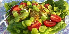 En herlig salat med blandt andet avocado, vindruer og tomater. God til alle former for kødretter eller som en sund ret for sig selv.