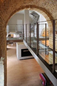 Architect Lyon: chapel renovation, gilded stone – The metal staircases as well as the walkways receiving transparent laminated glass slabs, but also the railings are achievements of Escaliers Décors® (www.ed-ei.