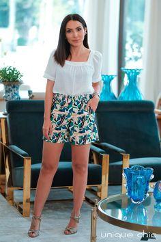 Inverno 2019 - Unique Chic | Lalá Noleto veste blusa com decote quadrado e shorts print abstrato. Amy Jackson, Shorts, Spring Outfits, Ideias Fashion, Short Dresses, Mini Skirts, Blazer, Formal, Blouse