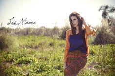 Camisa con tachas mostaza Musculosa seda azul Maxifalda estampada  by Las Moore