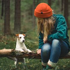 Fall Outfit with a Merino Wool Beanie by VAI-KØ. Cute Jackrussel in the woods.