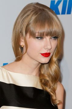 Taylor Swift Long Wavy Casual Hairstyle with Blunt Cut Bangs - Honey Blonde Hair Color - Side on View Taylor Swift Red Lipstick, Taylor Swift Rot, All About Taylor Swift, Taylor Alison Swift, Taylor Swift Hair Color, Red Taylor, How To Cut Bangs, Honey Blonde Hair, Taylor Swift Hair