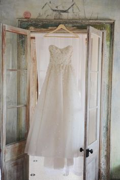 loving this wedding dress. Does anyone know the maker? Photography by Amy Carroll Photography / acarrollphotography.com