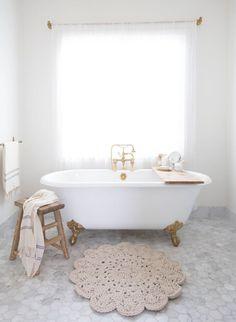 Home Interior Living Room antique clawfoot tub Bathroom Rugs, Modern Bathroom, Vintage Bathrooms, Bathroom Inspiration, Home Decor Inspiration, Decor Ideas, Cheap Home Decor, Home Decor Items, Baños Shabby Chic