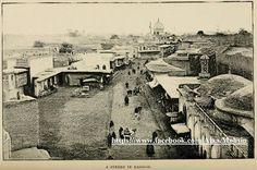 بغداد 1894 وهي مأخوذة من أعلى بوابة باب المعظم ...  على اليمين جامع الآزبكية وبعيدا في الوسط جامع الآحمدية في الميدان