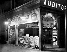 As salas Nickelodeon eram salas de cinema usadas no início do século XX. O seu nome foi inventado por Harry Davis e John P. Harris, em que nickel é o nome dado às moedas de 5 cêntimos nos EUA, e Odeion significa teatro coberto em grego.