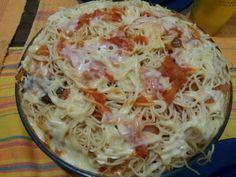 Macarronada chic de salsicha: Tinah Lima Refogar 4 cebolas fatiadas em rodelas finas e uma colher de sopa de alho picado. Por 350 g de polpa de tomate. Deixar cozinhar. Por 1 colher sopa de shoyo.1 colher de chá de açúcar. Sal a gosto. 5 ramos de tomilho e 5 de manjericão. Colocar num pirex 350 g de espaguete cozido al dente. Regra c o molho. Cobrir c 2 pacotes de salsichas apresentadas e picadas em rodelas. Por uma camada generosa de 300g de mussarela. Levar ao microondas por 5 min.