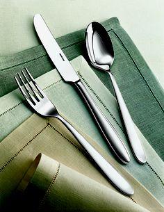 MODELLO: Set coltelli carne/Riflesso (6 pezzi)  DESCRIZIONE: Il coltello bistecca, così come ogni altro pezzo della collezione Riflesso, ha spessore e forma estremamente equilibrati, scultorei e allo stesso tempo sinuosi. Sono proposti in set da 6 pezzi nella versione monoblocco. MATERIALE: accioio inox.