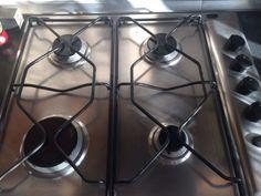 Come pulire i fornelli in alluminio, niente lavastoviglie perché si anneriscono o prodotti troppo forti perché si rovinano, l'aceto e una retina bastano.
