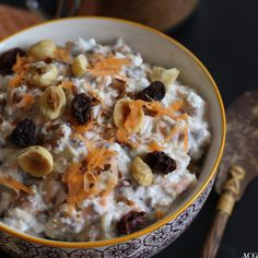 Kjøleskapsgrøt med rosiner, gulrot, kanel, kardemomme og hasselnøtter Muesli, Overnight Oats, Cereal, Oatmeal, Breakfast, Food, The Oatmeal, Morning Coffee, Granola