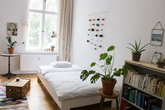 Schönes helles WG-Zimmer - die perfekte Einrichtungsinspiration: helles Bett vor dem Fenster, Obstkiste als Nachttisch und Regal. WG-Zimmer in Berlin. #WG #Berlin #einrichten