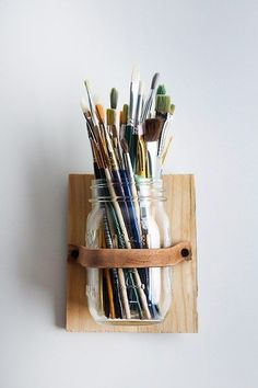 DIY Leather Mason Jar Holder > cool art studio organization for paintbrushes holder Pot Mason Diy, Mason Jar Crafts, Mason Jars, Mason Jar Storage, Glass Jars, Mason Jar Holder, Glass Holders, Art Studio Organization, Organization Ideas