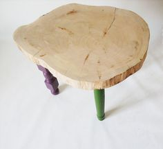 Someone has thought well to give us the gift of these precious slices of fragrant cypress that we have learned to grind with passion until they become smooth like marble, it is our plan for a precious and cute little table that rests on three feet with three different touches made to distinguish color, a bit like ORAdesign.