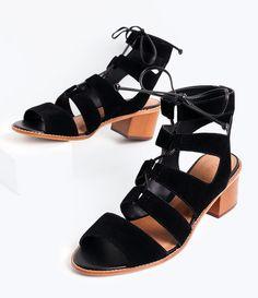 Sandália feminina  Material: sintético  Gladiadora  Marca: Satinato  Com amarração  Rasteira  Altura salto 5,5 cm     COLEÇÃO VERÃO 2016     Veja outras opções de    sandálias femininas.        Sobre a marca Satinato     A Satinato possui uma coleção de sapatos, bolsas e acessórios cheios de tendências de moda. 90% dos seus produtos são em couro. A principal característica dos Sapatos Santinato são o conforto, moda e qualidade! Com diferentes opções e estilos de sapatos, bolsas e…