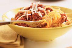 Spaghetti Bolognaise - spaghetti, ui, winterwortel, bleekselderij, ontbijtspek, rundergehakt, tomatenpuree, italiaanse kruiden, rode wijn, bouillon, tomatenblokjes, italiaanse roerbakgroenten