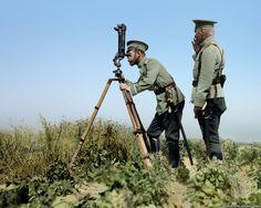 Николай Второй смотрит в телескоп недалеко от линии фронта во время Первой мировой войны.