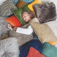 Kussens nodig? Groot aanbod hiervan te vinden bij BE-Okay!•Nieuwe #collectie ! 💜Bekijk ons magazine op be-okay.be! 👈🏻•••#be_okay_youngliving #be_okay #decoratie #decoration #beokay #becool #besmart #interior #deco•Model: @emma.vancoillie Young Living, Bean Bag Chair, Groot, Design, Concept, Furniture, Instagram, Home Decor, Modern