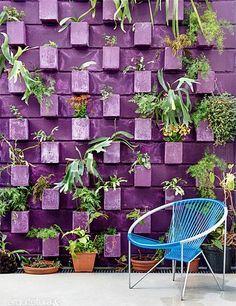 Já pensou em pintar o muro do seu quintal em uma cor diferente? Dá um toque especial, viu? Inspire-se nestas fotos...
