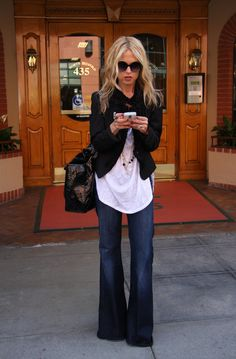 Street style | Oversize white shirt, blazer and trousers jeans.