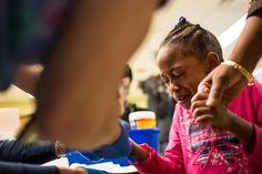 20160126 - Lágrimas escorrem pelo rosto de Morgan Walker, 5, moradora de Flint, no Michigan (EUA), que passa por exames para checar a quantidade de chumbo em seu sangue. A cidade norte-americana é o centro de um escândalo de contaminação de água por chumbo. Em setembro de 2015, uma análise detectou altos níveis do metal no sangue das crianças da cidade. PICTURE: Brett Carlsen/Getty Images/AFP