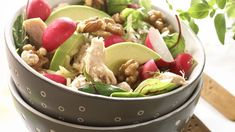 Oppskrift på kyllingsalat med grillet kylling, isbergsalat, reddiker, avocado, valnøtter og ost. Rør sammen en enkel karridressing ved siden av, og du har e... Cobb Salad, Potato Salad, Tin, Cabbage, Food And Drink, Potatoes, Cookies, Vegetables, Ethnic Recipes