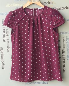 Blusa crepe gota print  R$129,00  Tam P(38) M(40) G(42)  ▶️Compras pelo site  www.sibellemodas.com.br✔️  ▶️Aceitamos todos os cartões de crédito ▶️Cartão de crédito  06x sem juros Paypal ou 04 x sem juros Pagseguro  ▶️Desconto a vista 8% (Depósito ou Transf)  ▶️Whatsapp para dúvidas Renata (11)961837847  ▶️Frete Grátis acima R$350,00 Blouse Outfit, Work Blouse, Suits For Women, Blouses For Women, Dress Patterns, Cool Shirts, Blouse Designs, Autumn Fashion, Fashion Dresses