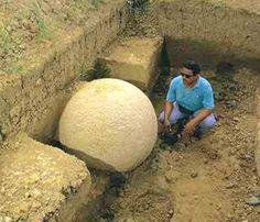 Las esferas de piedra (o bolas de piedra) de Costa Rica son un surtido de más de trescientas petrosferas en Costa Rica, ubicadas en el delta del Diquís y en la Isla del Caño. Localmente, se conocen como Las Bolas. Las esferas se atribuyen comúnmente a la extinta cultura de Diquís ya veces se conocen como las Esferas de Diquís. Son las esculturas de piedra más conocidas de la zona istmo-colombiana.