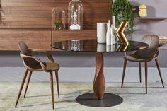 EmmeBi - GENESIS Genesis ist ein eleganter Tisch mit einer Platte aus Rauchglas und einem skulpturierten Bein aus massivem Nussbaumholz. Dining Chairs, Dining Table, Designer, Diana, Furniture, Home Decor, Oval Table, Mesa Redonda, Centerpieces