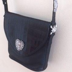 ✂️Brighton Handbag Black w/Silver Detail Brighton Handbags, Brighton Bags, Cylinder Shape, Black Handbags, Fashion Design, Fashion Tips, Fashion Trends, In The Heights, Shoulder Bag