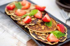 Wat is er nou lekkerder dan je dag beginnen met pannenkoekjes? Een luxe en heerlijk ontbijtje. Wij garneerden ze met aardbeien en munt. Maak ze ook zeker eens met ander [