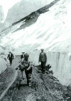 Léon Georget climbing the Galibier in the 1909 Tour de France. The photo comes from L'Equipe's Tour de France, 100 ans I rode up this road last August! Vintage Cycles, Vintage Bikes, Vintage Racing, Cycling Art, Road Cycling, Cycling Bikes, Road Bike, Photo Velo, Grand Tour