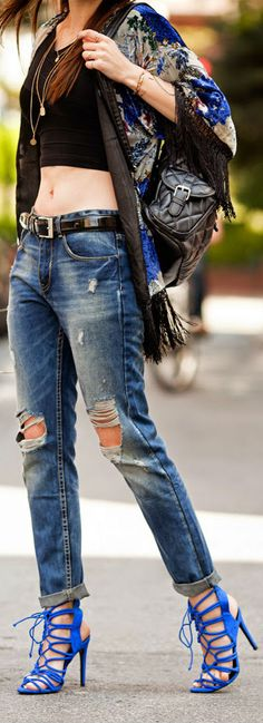Street style | Black crop top, Boho poncho, boyfriend jeans, belt, blue heels, handbag