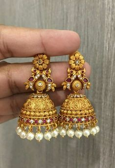 Gold Jhumka Earrings, Indian Jewelry Earrings, Jewelry Design Earrings, Gold Earrings Designs, Gold Jewellery Design, India Jewelry, Designer Earrings, Jhumka Designs, Gold Designs