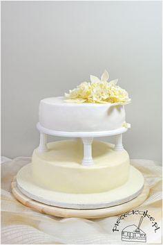 """Storey wedding cake with ecru flowers / Tort w stylu angielskim """"ślubne ecru"""".   Więcej na http://www.pieceacake.pl/87"""