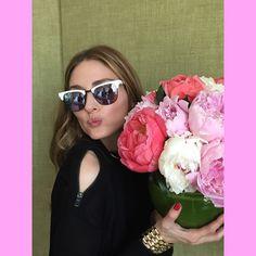 Olivia Palermo e as mais lindas peônias do mundo! O óculos = <3