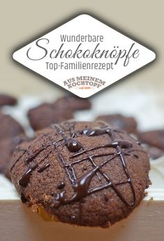 Schokoknöpfe - Plätzchen einfach Chocolate buttons - simple cookies These wonderful chocolate buttons are especially delicious when you have found them in the dark basement shelf (mother's h Button Cookies, Chip Cookies, Hot Chocolate Bars, Chocolate Cookies, Easy Cookie Recipes, Cake Recipes, Oreo, Biscuits, Chocolate Buttons