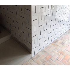 Lurca Azulejos | Azulejos Traço no  projeto @gabriellapaduaarquitetura  | Traço - Ceramic Tiles // Shop Online www.lurca.com.br #azulejos #azulejosdecorados #revestimento #arquitetura #reforma #decoração #interiores #decor #casa #sala #design #ceramica #tiles #ceramictiles #ceramic #architecture #interiors #homestyle #livingroom #wall #backsplash #homedecor #saopaulo #sp #lurca #lurcaazulejos
