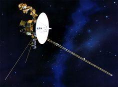Il programma Voyager consistette in due sonde spaziali, la Voyager 1 e la Voyager 2, lanciate nel 1977. Il loro obiettivo era lo studio dei pianeti Giove e Saturno. A bordo di ognuna di esse si trova una copia del Voyager Golden Record, un disco registrato che contiene immagini e suoni della Terra insieme a una selezione musicale. Sulla custodia del disco, anch'essa metallica, sono incise le istruzioni per accedere alle registrazioni in caso di ritrovamento.