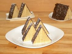 A super simple and delicious recipe for Homemade Snickers! If you have a snickers fan in your life this is the perfect homemade gift. An easy no-bake dessert Chocolate Desert Recipes, Best Chocolate Desserts, Delicious Cake Recipes, Dessert Recipes, Yummy Food, Frosting Recipes, Easy No Bake Desserts, Fall Desserts, Chocolate Belga