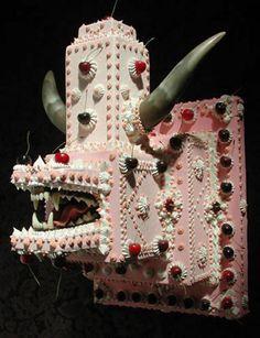 L'artiste Scott Hove réalise des sculptures installations qui de loin ressemble à de délicieux gâteaux… Mais si l'on s'approche, on découvre l'horreur que cache ses œuvres. « Cakeland » représente un peu l'évolution, dans laquelle les gâteaux sont devenus des animaux capable de se défendre face aux hordes de prédateurs de banquets de mariage