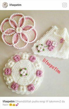This Pin was discovered by Huz Crochet Dollies, Crochet Potholders, Cute Crochet, Crochet Motif, Crochet Designs, Crochet Flowers, Crochet Lace, Crochet Stitches, Crochet Patterns