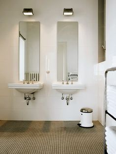 roomonfire-good-design: The elegantly simple Hamburg apartment of Wolfgang Behnken, creative director of ad agency Young & Rubicam. Photos by Marc Seelen for Elle Décor Italia. Classic Bathroom, Modern Bathroom Design, Bathroom Interior Design, Bathroom Designs, Minimal Bathroom, Bad Inspiration, Bathroom Inspiration, Beautiful Bathrooms, Elle Decor