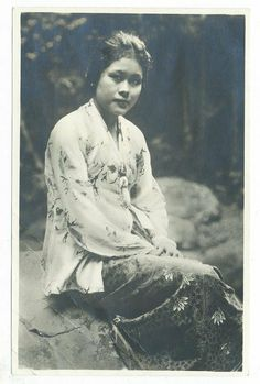 Photos of Malay Women from early century and before Singapore Fashion, Singapore Photos, Old Pictures, Old Photos, Vintage Photographs, Vintage Photos, Pirate History, Girl Thinking, Mystery Of History