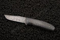 С одной стороны, казалось бы, складной нож Accentor Чака Гедраитиса (Chuck Gedraitis) практически ничем не отличается от большинства ножей для ежедневного ношения. Он имеет типичный для них функциональный дизайн и четкие линии. Для рукояти мастер использовал также достаточно распространенный материал - углеродное волокно. Однако нож имеет ряд отличительных особенностей, которые делают его уникальным.