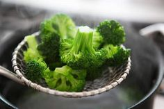 How_to_blanch_broccoli Cooking Fresh Broccoli, How To Cook Broccoli, Raw Broccoli, Frozen Broccoli, Steamed Broccoli, How To Cook Rice, Steamed Vegetables, Healthy Vegetables, Wok