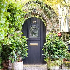 A #travelgram from our #beautiful neighborhood in #Charleston. Your delightful summer #vacation at #PlantersInn awaits! #SLCHS #MySouthernLiving