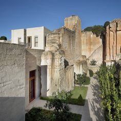 Located south-east of the island of Favignana, Cave Bianche Hotel is inserted in an exclusive environment, inside a quarry of white calcarenite. Natural Stone Wall, Natural Stones, Stone City, Genius Loci, Archipelago, Planet Earth, Habitats, Mount Rushmore, Cave