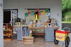 Festa tutti frutti com muitas frutinhas, cores em tons pastéis, durado. caminhos de mesa chevron preto e branco e carrinho de sorvete