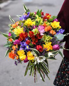Florile de primăvară aduc mai multă culoare şi mai multă veselie pe chipul cuiva decât orice alt cadou. Comandă un buchet cu iriși, lalele, frezii și alstroemeria  ornat cu eucalipt parfumat şi vei vedea din reacţia destinatarului că ai făcut o alegere excelentă. Aceste flori delicate pot fi oferite cu orice ocazie. Garantăm că orice zi va deveni şi mai frumoasă datorită unui buchet special.  #8martie #march8 #livrareflori Church Flowers, 8th Of March, Magnolia, Floral Arrangements, Floral Wreath, Birthdays, Wallpapers, Wreaths, Wedding